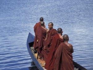 keren-su-robed-monks-standing-in-boat-on-inle-lake-myanmar