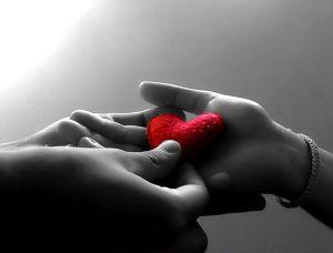 mano-en-corazon-fondo